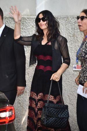 義大利國寶級女演員莫妮卡貝魯奇(Monica Bellucci) 手提新款Valentino Garavani Rockstud Spike提包,現身威尼斯影展。售價NT$89,000