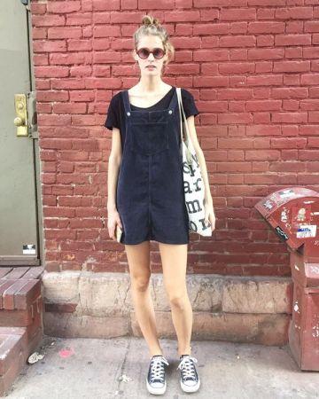 脫掉高跟鞋,在星期六soho區閒晃。她說:「這是我這星期唯一的一天休息時間。」模特兒的私下,不再是向鏡頭前般的華麗,反倒是穿著舒服寬鬆的吊帶裙。