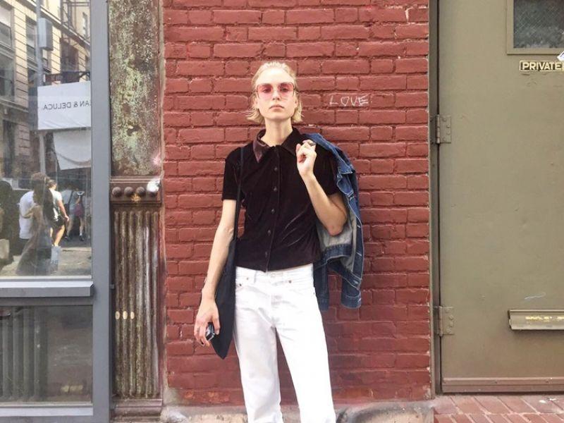 粉紅色鏡片、咖啡色絨布襯衫、白色牛仔褲再加上黑色皮鞋,剛下秀的模特兒,有看似簡單的服裝搭配與帥氣態度,走在街頭上頗吸引目光。
