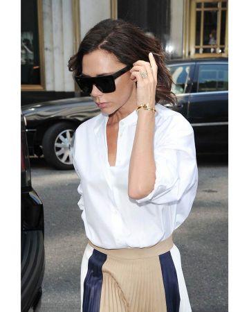 Victoria Beckham 維多利亞貝克漢配戴 Tiffany T Wrap 18K金鑲鑽手環出席紐約時裝周