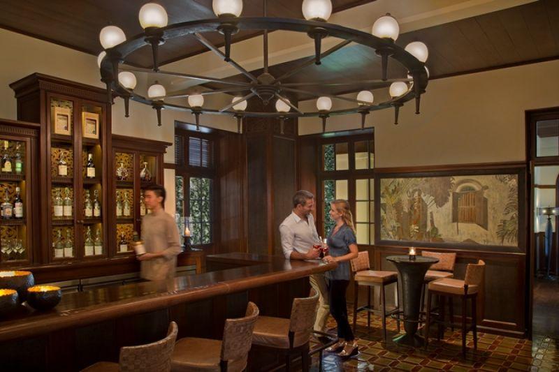 一樓的殖民風酒吧 Colonial Bar鄰近湄平河,匯聚各式熱帶香料,帶來異國風情