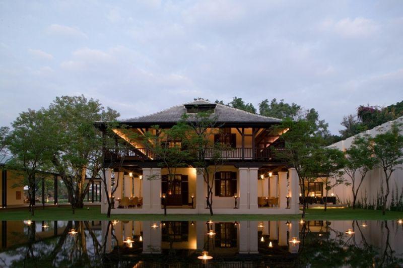 夜幕低垂後,飯店會貼心點上蠟燭,相映造景水池,讓渡假村內充滿浪曼無限,餐廳外觀也想沐浴在燭光中 Colonial_House
