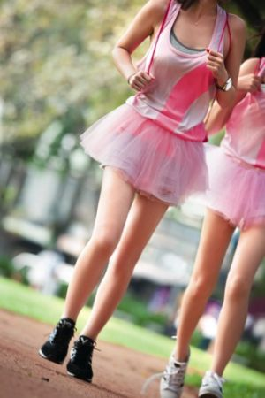 2016裙襬澎澎Pink Run X KODZ獨特的紀念衫,採用S.Cafe咖啡紗奈米機能面料,帶給穿著者舒適觸感,以及除臭、速乾、環保、抗UV…等絕佳感受。