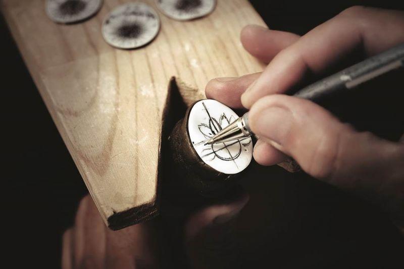 工匠先用鉛筆將繪製於貝殼上