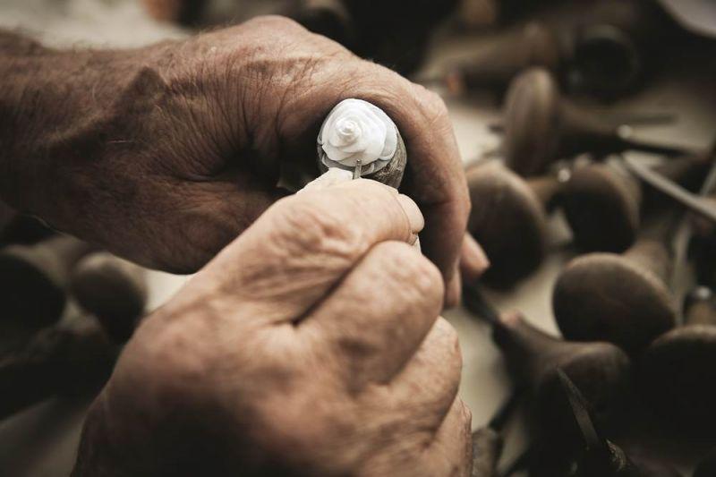 工匠用更加精細的工具在此貝殼表面雕刻花朵細節。
