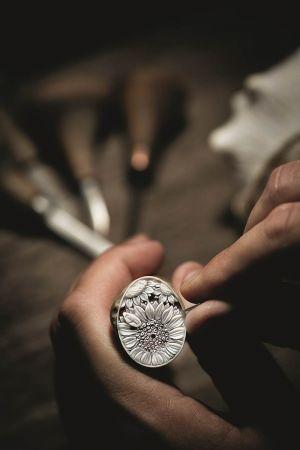 每一枚貝殼最後呈現出的色彩、透明度與深度都不盡相同。