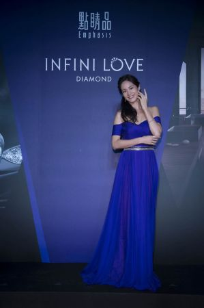Janet 亮麗配戴點睛品 Infini Love Diamond 新品,分享閃亮從心人生經驗。