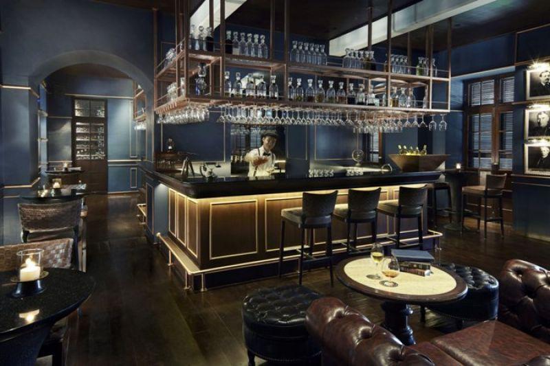 提供賓客微醺的英式酒吧,服務生也清一色的穿上正統英式服裝,為殖民風平添風情