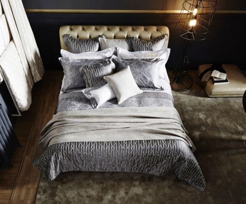 埃及棉與色紗的完美織合,仿若一幅藝術畫作,以雍容雅緻的花卉為題,運用緹花工藝,交織出光影幻變效果,一經一緯細緻描繪柔美繁複花朵線條,透過不同紋理與材質結合,絲綢光澤和棉融混後所展現的消光特性,創造出耐人尋味的低調奢華。繁花系列|紗染緞織緹花四件式床組