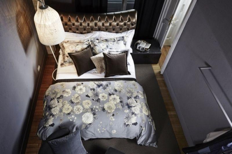 復刻圖騰佐以手繪花容,印染在饒富綢緞光澤的埃及棉布上,清新雅緻的米白色花卉,滿覆帶有神祕色彩的天空灰色緞棉,棉布灰彩隨著織布光澤漸層暈染,添增花朵律動生命,以獨特的義式風格,展現FRETTE獨步全球的染色工藝。Flair妍花系列印花四件式床組