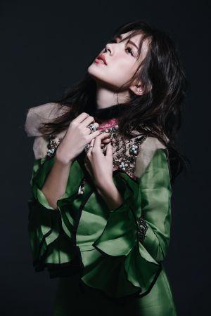 胸前刺繡設計綠色荷葉袖禮服,Gucci。Possession 18K白金旋轉單圈鑲鑽指環、18K白金旋轉鑲鑽指環、Piaget Rose 18K白金玫瑰鑲鑽戒指,all by Piaget。