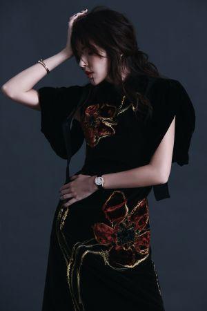 咖啡色天鵝絨刺繡洋裝、黑色天鵝絨袖套,both by Prada。Possession 18K玫瑰金手鐲、Possession 18K玫瑰金旋轉鑲鑽指環、Limelight Gala 18K玫瑰金機械腕錶,all by Piaget。