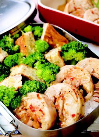 泡菜烤雞肉卷便當①泡菜烤雞肉卷②鮪魚玉米起司烘蛋[ 配菜①]泡菜烤雞肉卷材料去骨雞腿排 . . . . . . . . . . . . . . . . . 2 片泡菜 . . . . . . . . . . . . . . . . . . . . . . . . . . . . 50g青蔥絲 . . . . . . . . . . . . . . . . . . . . . . . .適量辣椒粉 . . . . . . . . . . . . . . . . . . . . . . . .適量黑胡椒 . . . . . . . . . . . . . . . . . . . . . . . .適量洋香菜 . . . . . . . . . . . . . . . . . . . . . . . .適量醃漬料蒜泥 . . . . . . . . . . . . . . . . . . . . . . . . 1 茶匙醬油膏 . . . . . . . . . . . . . . . . . . . . . 2 茶匙米酒 . . . . . . . . . . . . . . . . . . . . . . . . 1 大匙白胡椒 . . . . . . . . . . . . . . . . . . . . . . . .適量作法01. 去骨雞腿排用廚房紙巾擦去多餘水分後,均勻抹上〔醃漬料〕,肉質厚的地方可以先用菜刀劃上幾刀。02. 將泡菜和青蔥絲排在腿排的一邊。03. 將腿排緊緊捲起後用鋁箔紙包好左右扭緊固定。放入預熱好的烤箱中以攝氏230度烤約25 分鐘即可。烤好的雞肉卷依個人喜好灑上適量的辣椒粉、黑胡椒、洋香菜即可。04. 待雞肉卷稍涼的時候即可切成一卷一卷的盛盤上桌。NOTES1. 雞肉卷在烤的過程中難免會有湯汁溢出,所以最好能放在烤盤上再烤!2. 完成的雞肉卷,靜置降溫能讓肉卷定型,切塊時也不致鬆散。[ 配菜②]鮪魚玉米起司烘蛋材料水煮鮪魚片 . . . . . . . . . . . . . . . . . . . . . . . . . . 2 大匙雞蛋 . . . . . . . . . . . . . . . . . . . . . . . . . . . . . . . . . . . . . . . 4 個玉米粒 . . . . . . . . . . . . . . . . . . . . . . . . . . . . . . . . . 2 大匙起司絲 . . . . . . . . . . . . . . . . . . . . . . . . . . . . . . . . . 1 大匙青蔥 . . . . . . . . . . . . . . . . . . . . . . . . . . . . . . . . . . . . . . . 1 根黑胡椒 . . . . . . . . . . . . . . . . . . . . . . . . . . . . . .1/4 茶匙胡椒鹽 . . . . . . . . . . . . . . . . . . . . . . . . . . . . . .1/4 茶匙作法01. 取一鋼盆先將鮪魚片壓碎後和玉米粒、雞蛋、蔥花、黑胡椒及椒鹽打勻。02. 將攪拌均勻的步驟1 倒入用適量油熱好的平底鍋中,中小火煎到周圍蛋液開始凝固時放入起司絲。03. 待表面蛋液凝固約8 ∼ 9 成時,蓋上平底盤翻面。04. 兩面都煎成金黃微焦的狀態就完成囉!NOTES1. 烘蛋要蓬鬆好吃在於打蛋時要充分把空氣打入(手部上下攪拌的動作要比較大),用油量要也比平常稍微多一些些。2. 食譜的分量適用於20 公分的平底鍋,翻面時找比鍋面略小的平底圓盤會比較容易操作喔!