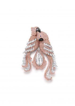 格拉夫多形切割粉紅鑽和白鑽鸚鵡胸針,鑲嵌一顆30.94克拉水滴形切割淺粉紅鑽,鑽石共重61.25克拉