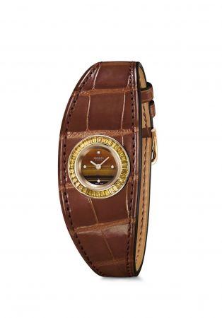 銬式手鐲 Cuff Watch跳脫規矩的錶殼、錶帶等框架,一只錶也可以是獨立穿戴的手鐲!這是既有款式以外的最佳選擇,讓手錶的裝飾性比實用性更出色,想要讓穿搭更有態度?不妨嘗試再層疊上手環。Faubourg 手環式腕錶,玫瑰金錶殼鑲嵌咖啡色藍寶石,鱷魚皮錶帶,Hermes。