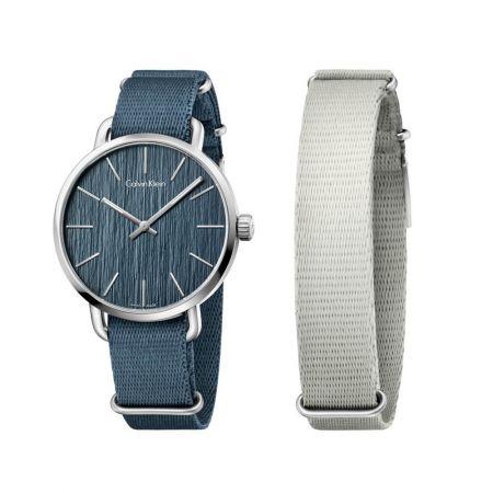 帆布錶帶 Nato Straps還有什麼能比蛻變自軍裝配件來得更有街頭風格?「Nato」尼龍帆布錶帶是由二戰軍方人員所配戴的帆布面錶帶演變而來,一體成形的錶帶能夠直接穿越錶耳,也方便自行調節成任何長度或款式,小小細節讓整體搭配更帥氣有型!Even 超然系列腕錶,精鋼材質錶殼,尼龍帆布錶帶,Calvin Klein。