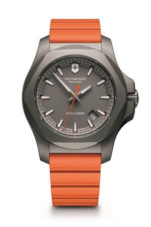 顯眼色彩 Colorful Rubber以塑料(橡膠)和色彩為骨架的錶款,總是能多點設計可能與樂趣,讓配戴手錶這件事情平民化,也更輕易地與各式街頭裝束融合,它的魅力一如 Swatch 品牌總裁曾說的:「充滿了好奇心,大膽、勇於接受新事物,讓自己的生活獨一無二。」I.N.O.X. 系列腕錶,Victorinox。
