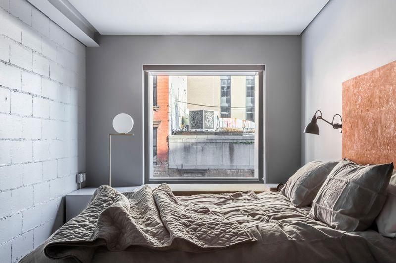 在內部空間設置上配有十六間工作室與四間公寓住所,透過充足的光線,以木頭地板、淺色傢俱勾勒出溫暖柔和的樣貌,對比房內暴露在外的鋼筋與管線結構,揉合出舒適寬敞的環境,彷彿來到城市上空優雅的世外桃源,還能依稀聽見古典樂播送的聲音。