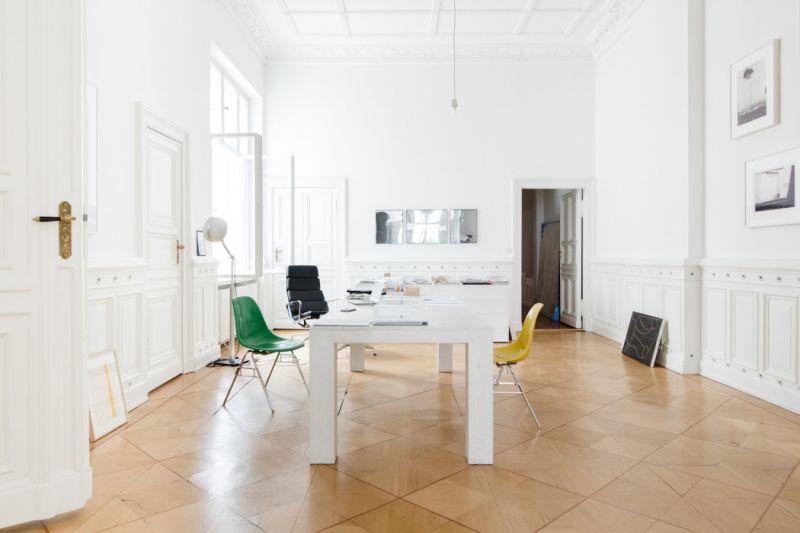 這裡是Andreas Murkudis創立的獨立工作室Andreas Murkudis Möbel + Architektur,致力於提供量身訂製的個人化產品服務及獨特的室內概念設計,背後由幾位傑出建築師、室內設計師與藝術家組成的團隊所支持,引領消費者從最初的想法實現最終憧憬的生活藍圖。