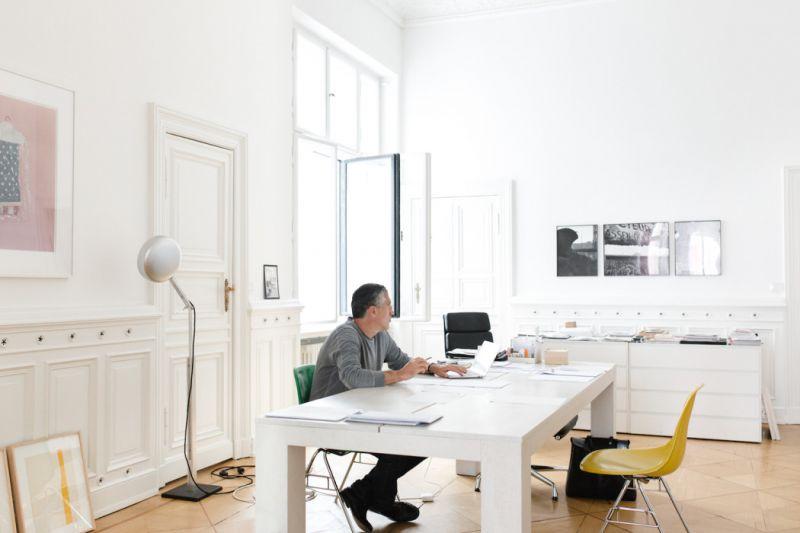 承接這樣的想法,Möbel + Architektur的裝潢同樣散發著清新、自由的樣貌,帶領顧客一步步接近心中的美好,「說實話,我認為這些宣言、策展、概念店有些誇張,因為最終他都會成為一個好店家或壞商店,每個品牌都有一個理念,你必須保持自己最初的想法,捫心自問你賣的東西是否仍是良好的,並適時調整。」Andreas Murkudis的談吐也如同他所打造的室內風格,帶著令人心曠神怡的坦然,歩入簡白寬敞的工作室內,彷彿我們也獲得了更大的空間去攫取腦海中的理想。