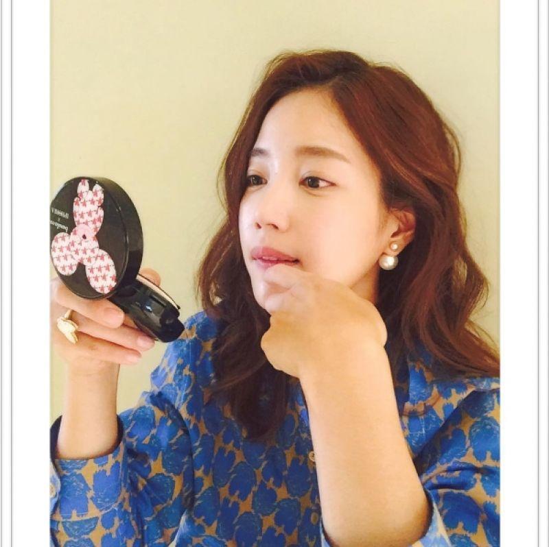 韓星奇世恩(기은세) 在IG放上與banila co.X IPHORIA氣墊粉餅的合照。