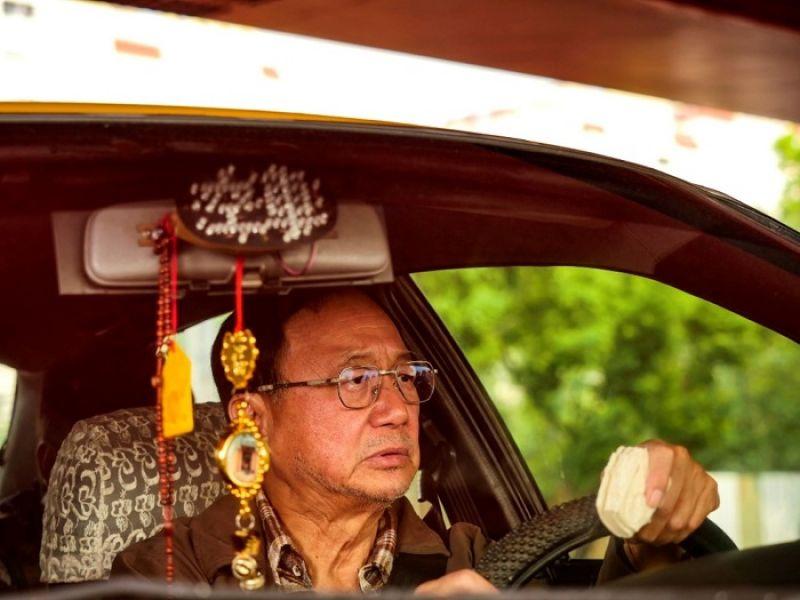 香港喜劇泰斗許冠文,眉眼全是戲,飾演在台灣住了三十年的落魄港仔「老許」。