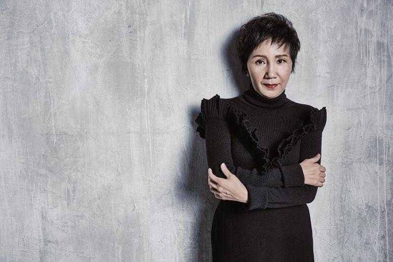 黑色波浪裝飾針織上衣、黑色高腰裙,both by Dior。