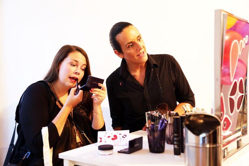 彩妝師指導使用新品「專業完美觸控唇膏」