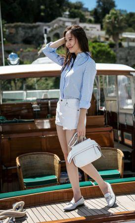 韓國 F(X)團體的Krystal Jung手提白色TOD'S Wave Bag 搭配TOD'S Double T 白色鞋款,清爽出遊。