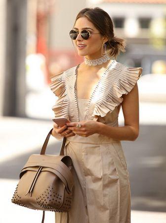 美國女星Olivia Culpo以TOD'S粉膚色TOD'S Wave Bag 搭配同色系連身褲悠閒上街,氣質出眾。