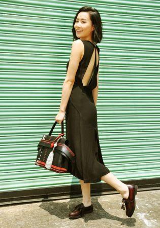 香港女星陳法拉以皮革編織圖紋TOD'S Wave Bag與皮革流蘇綴飾便鞋搭配一襲黑色洋裝,率性而優雅。