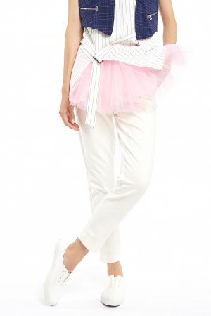 帥氣都會女郎而下身簡單輪廓的直身白褲,協調上身繁複的穿著,讓正裝更為帥氣,穿出妳的出色品味。