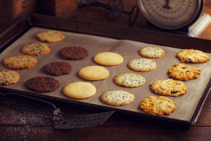 特別選用進口的澳洲奶油、日本製作高級甜食的三溫糖,以及玉米片、葡萄乾等高纖穀物原料,搭配歷史傳承的配方,呈現口感酥脆和濃郁香醇的天然美味。