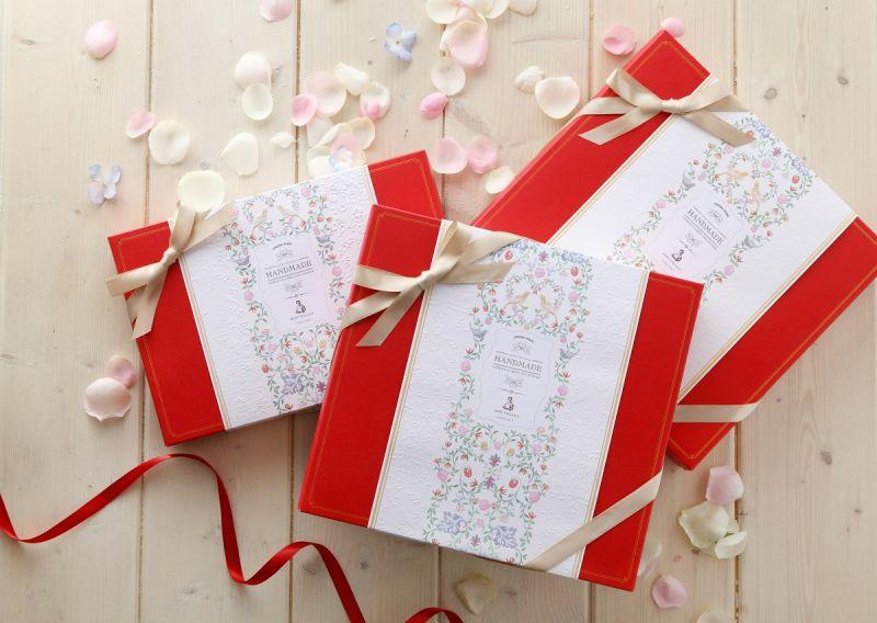 精心挑選象徵永恆的幸福鳥圖案,飛舞貫穿著全系列的包裝,慶賀見證著新人永恆的幸福承諾。