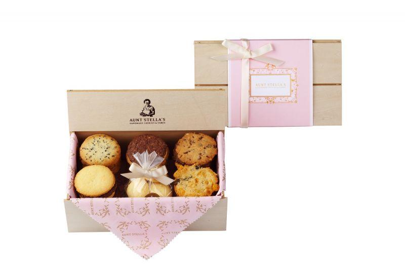 """經典的木盒喜餅「純愛之美」或是熱門的「惟愛」圓盒造型喜餅,這個""""永恆的粉色時刻 Eternal Pink Moment""""系列,呈現出浪漫的溫馨氛圍,絕對是夢幻婚禮中不可缺少的重要角色。【名人愛用之經典木盒喜餅/純愛之美S NT$1080元/經典綜合餅乾600g】"""