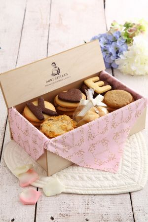 AUNT STELLA詩特莉為了打造婚約禮盒的獨特性,也推出了客製化的服務;粉色、紅色、金色或象牙白的禮盒緞帶可供挑選、依需求客製內容的喜卡,木盒系列更是提供客製字母餅乾的服務,讓新人量身打造最獨一無二的完美回憶,讓每個禮盒洋溢著屬於彼此的浪漫故事。