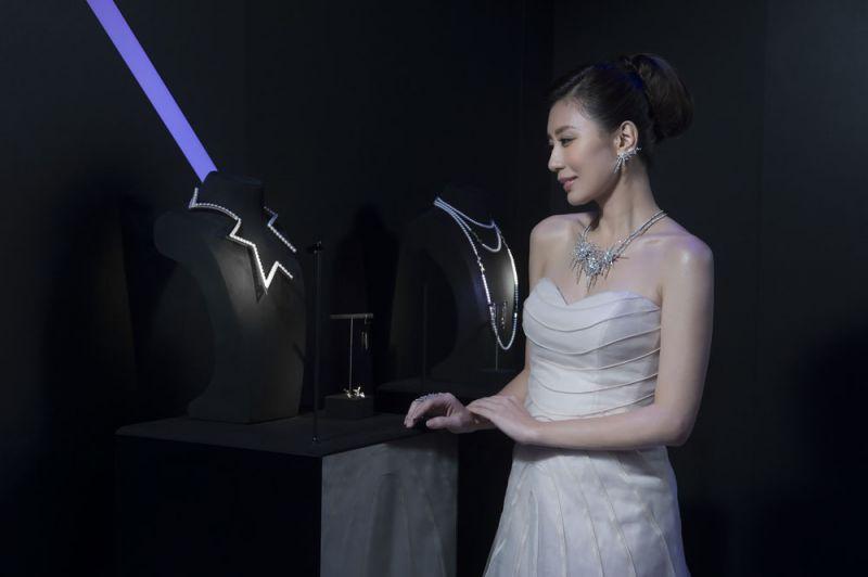 賈靜雯鑑賞abstract star 珍珠黃K金項鍊,大力稱讚此一個性兼具唯美的設計。
