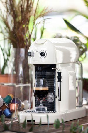 Nespresso MaestriaMaestria 力求從視覺、聽覺及嗅覺上都能反樸歸真,以精湛純熟且與時俱進的先進工藝,讓每個咖啡愛好者都能切身感受作為真正咖啡師的藝術及全方位的感官體驗。復古懷舊的圓弧形設計,重新喚回我們對於咖啡大師的記憶。