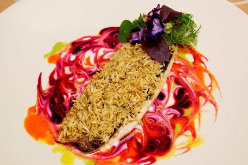 在百年玉蘭和茄苳老樹庭園中,融合自然優雅的餐飲氛圍,帕莎蒂娜臺南市長官邸,推出一系列粉紅期間限定主題套餐 白酒蔬菜醬汁與煎虱目魚佐炸魚鱗