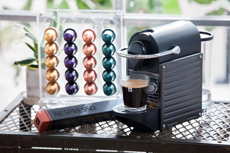 Nespresso Pixie Titan經典Pixie鈦金屬,低調金屬質感卻充滿個性,可萃取出咖啡中的豐富油沫, 發揮頂級咖啡的芳香,搭配Aeroccino3 自動奶泡機能輕鬆快速完成輕盈又綿密的冷熱奶泡,輕鬆就能擁有一杯香濃滑順的咖啡。