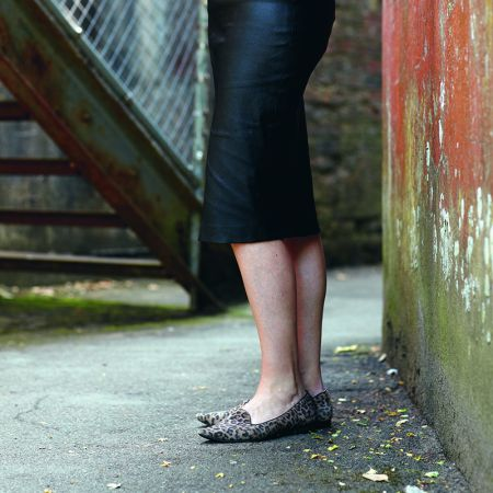 上班怎麼穿搭平底鞋?豹紋平底鞋是非常值得投資的上班鞋款。就算是週末,妳也可以配上一條牛仔褲外出。像是左圖中的尖頭豹紋平底鞋,就可以配上一條鉛筆裙或是A 字裙,端看自己適合哪一種。