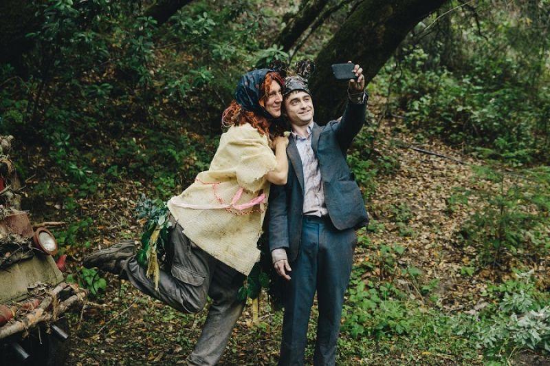 《屍控奇幻旅程》,曼尼跟漢克,一人一屍歡樂踏上把妹驚奇之路,這部充滿神展開的cult片找到了荒謬惡搞與溫馨感人的完美平衡。