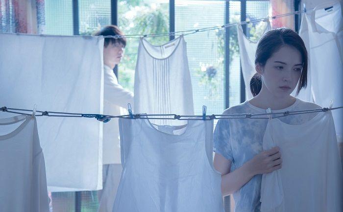 鄭如娟的〈梅雨季〉寫意如詩,主角許瑋甯充滿質地演繹愛情的透明感,幾場獨角戲韻力十足。