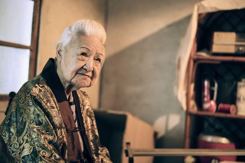 94歲國寶級豫劇大師張岫雲,挑戰練建宏新作〈小孩不在家〉,帶出一場質問生命意義的黑色荒謬劇。