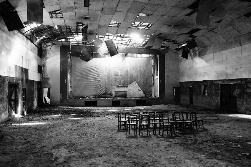鄭立明的〈空一格,戲院〉以停業二十餘年的美濃「第一戲院」為主角,譜出一段美麗的電影記憶之舞。