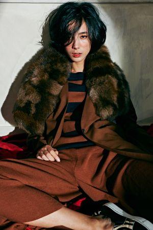 條紋長袖針織衫、咖啡色大衣、咖啡色寬褲、絨毛造型披肩、異材質拼接休閒鞋,all by ICB。