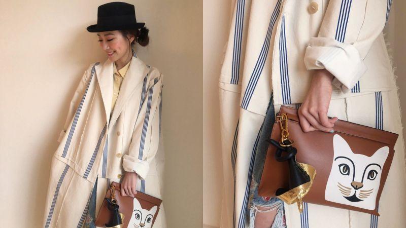 Look 1棉麻材質又不收邊的西裝領大衣有著微正式又不失休閒的風格,藍白條紋算是相當法式的設計,駝色貓咪手拿包+黑mix金色的皮革海芋花吊飾讓整體造型更有亮點