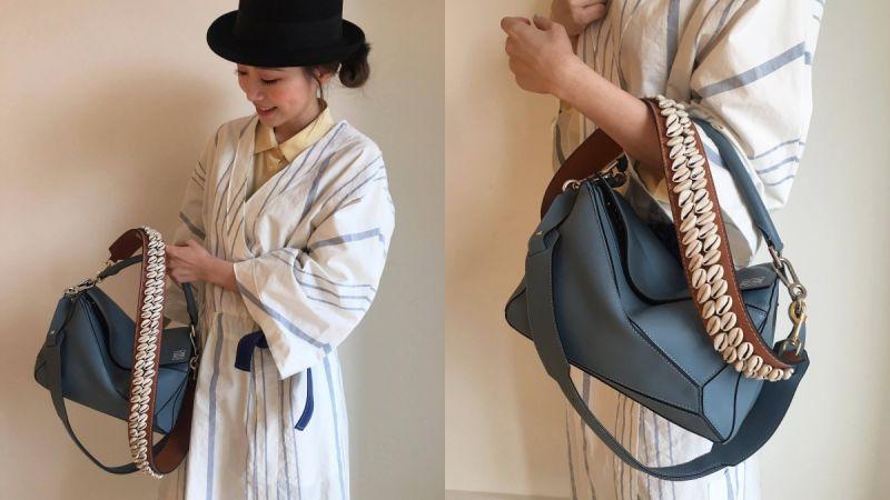 Look 3這一季LOEWE也全新推出可以更換的背帶,適用於任何一款包包,Marina選擇貝殼綴飾的背帶搭配灰藍色Puzzle包,以及無領子設計的藍白長罩衫,呈現有點慵懶的海洋渡假風格