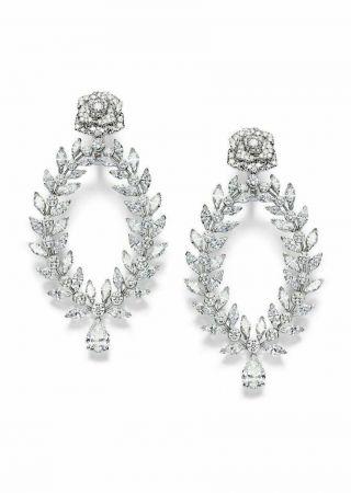 Limelight Rose Passion 高級珠寶耳環18K白金鑲嵌214顆圓形美鑽(約重6.71克拉)72 顆馬眼形切割美鑽(約重12克拉)2 顆梨形切割美鑽(總重約3.02 克拉)台幣參考售價 9,200,000元