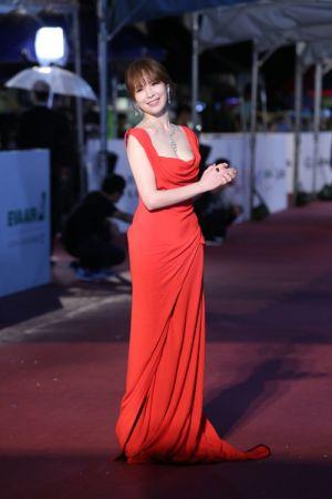天心一身Vivienne Westwood紅色禮服搭配BVLGARI Serpenti Eyes on Me系列頂級鑽石項鍊、耳環與彩寶戒指,氣勢十足
